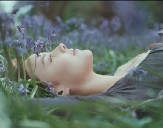 femeie-in-iarba